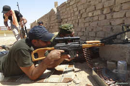 Members of Iraqi security forces are seen during a fight with Islamic State (IS) militants on the outskirts of Ramadi, September 14, 2014. Picture taken September 14, 2014. REUTERS/Osama Al-Dulaimi (IRAQ - Tags: CIVIL UNREST POLITICS MILITARY CONFLIC