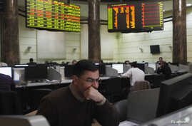 Traders work at the Egyptian stock exchange in Cairo January 3, 2013.