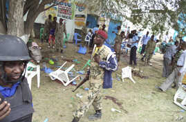 Somali government soldiers at scene of Baladweyne suicide bombing, Somalia, Oct. 19, 2013.