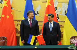 Ukraine's President Viktor Yanukovich (L) and Chinese President Xi Jinping attend a signing ceremony at the Great Hall of the People in Beijing, Dec. 5, 2013.
