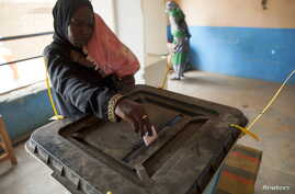 A woman casts her ballot during Darfur's referendum at a registration center at Al Fashir in North Darfur, April 12, 2016.