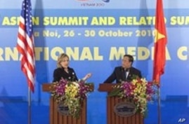 U.S. Secretary of State Hillary Rodham Clinton gestures during a news conference with Vietnamese Foreign Minister Pham Gia Khiem at the ASEAN summit in Hanoi, 30 Oct 2010