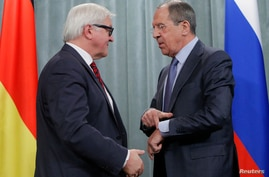 Russia's Foreign Minister Sergei Lavrov (R) and his German counterpart Frank-Walter Steinmeier attend a news conference in Moscow, Feb. 14, 2014.