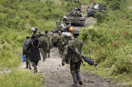 Congolese soldiers move to front line positions as they advance against the M23 rebels in Kibumba, north of Goma, Oct. 27, 2013.
