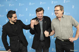 Actor Sherwan Haji (L-R), director Aki Kaurismaki and actor Sakari Kuosmanen pose during a photocall the movie 'The Other Side of Hope' at the 67th Berlinale International Film Festival in Berlin, Feb.14, 2017.