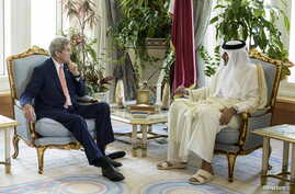 Qatar's Emir Sheikh Tamim bin Hamad al-Thani (R) talks with U.S. Secretary of State John Kerry before their meeting at the Diwan Palace in Doha, Aug. 3, 2015.