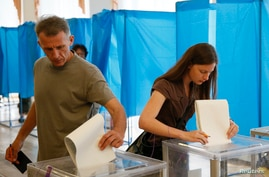 People cast their ballots during voting in a presidential election at polling station in Kyiv, May 25, 2014.