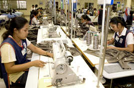 Cambodian garment workers sew clothes in a factory in Phnom Penh, Cambodia, Aug. 4, 2007. Cambodian garment manufacturers and labor unions have agreed to a US$6 (euro3.80) monthly raise for factory workers, averting potential further strikes by emplo