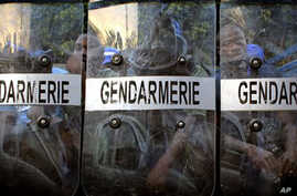 Guinean police take position outside the Independent Election Commission building in Conakry, Guinea, Sunday,  Nov. 14, 2010, after the representative of presidential candidate Cellou Dalein Diallo suspended his participation in the vote tallying pro