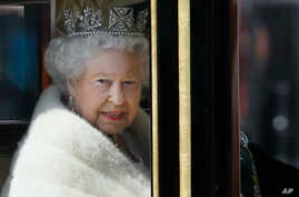 Britain's Queen Elizabeth II travels in a carriage from Buckingham Palace towards the Houses of Parliament in London, May 27, 2015.
