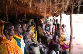 Refugees take shelter from the scorching sun as they wait to register at Yida refugee camp in South Sudan's Upper Nile, August 2012. (VOA - H. McNeish)