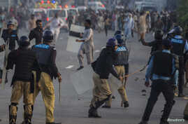 Anti-government protesters clash with riot police during unrest in Islamabad September 1, 2014.