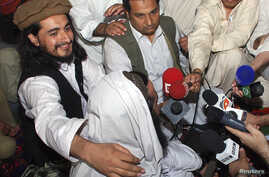 FILE - Pakistan Taliban commander Hakimullah Mehsud (L) is seen with his arm around Taliban chief Baitullah Mehsud during a news conference in South Waziristan, May 24, 2008.