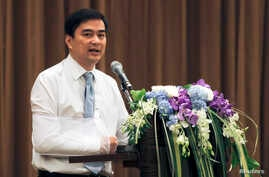 Thailand's opposition leader and former Prime Minister Abhisit Vejjajiva speaks during a news conference at a hotel in Bangkok, May 3, 2014.