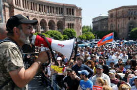 Armenian opposition leader Nikol Pashinyan (L) addresses supporters during a rally in Yerevan, Armenia, April 26, 2018.
