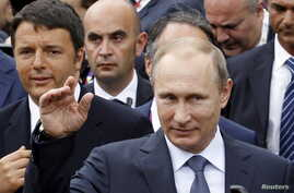 Russian President Vladimir Putin followed by Italian Prime Minister Matteo Renzi, left, visit the Expo 2015 global fair in Milan, northern Italy, June 10, 2015.