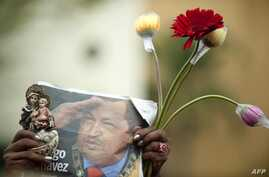 A supporter of Venezuelan President Hugo Chavez gathers with others outside Miraflores Presidential Palace during an event in homage of Chavez, in Caracas, January 10, 2013.