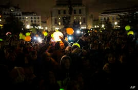 People hold illuminated balloons as they gather to mark Earth Hour in Madrid, March 25, 2017. Earth Hour is marked around the world, with millions expected turn out the lights to raise awareness about climate change.