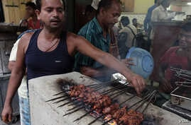 Beef kabab being grilled on oven at a restaurant in a Muslim locality of Kolkata, Sept. 03, 2015. (Shaikh Azizur Rahman/VOA)
