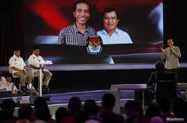 """Indonesia's presidential candidate Joko """"Jokowi"""" Widodo (R) speaks during a televised debate with his opponent Prabowo Subianto and Hatta Rajasa (L) in Jakarta, July 5, 2014."""
