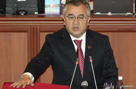 Omurbek Tekebayev, leader of Ata-Meken party, takes an oath during the first session of parliament in Bishkek, Nov. 10, 2010. Tekebayev was detained Sunday on charges of corruption and fraud.