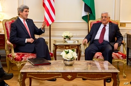 US Secretary of State John Kerry (l) meets with Palestinian President Mahmoud Abbas in Paris, Feb. 19, 2014.