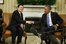 President Barack Obama shakes hands with Vietnam's President Truong Tan Sang during their meeting in the Oval Office at the White House in Washington, July 25, 2013.