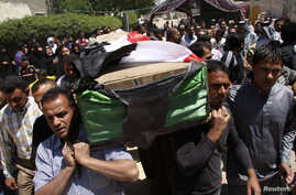 Residents carry a coffin during the funeral of an Iraqi soldier in Baghdad, April 25, 2013.