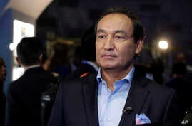 "FILE - United Airlines CEO Oscar Munoz is pictured prior to an interview in New York, June 2, 2016. Munoz said in a note to employees April 11, 2017, that a United flight crew ""followed established procedures"" when a passenger was forcibly removed fr"