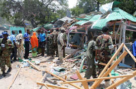Somali soldiers gather near the destroyed restaurant in Mogadishu, Sept, 7, 2013.
