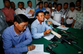 Opposition National Rescue Party's Vice President Kem Sokha, center, gives a press conference at his party's office in Phnom Penh, Cambodia, Aug. 12, 2013.