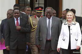 Kenya's President Mwai Kibaki (C), flanked  by U.S. Secretary of State Hillary Clinton (R) and his vice president Kalonzo Musyoka (L), leaves after a meeting at State House in Nairobi August 4, 2012.