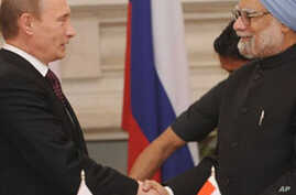 Russian Prime Minister Vladimir Putin (L) shakes hands with Indian Prime Minister Manmohan Singh following a joint statement to the press in New Delhi, 12 Mar 2010.