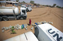 The distribution of 40,000 liters of water is seen among the local community in El Srief, North Darfur, July 2011. (file photo)