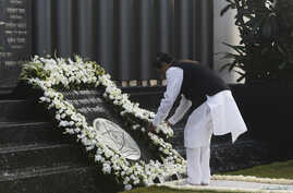 Maharashtra's Chief Minister Prithviraj Chavan places a wreath as he pays tribute at the Gymkhana police memorial marking the November 2008 Mumbai attacks, in Mumbai, Nov. 26, 2013.