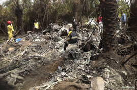 Rescuers on site of plane crash carrying Guinea's military chief, General Kelefa Diallo, and other senior military officials, Charlesville, southeast of Monrovia, Liberia, Feb. 11, 2013.