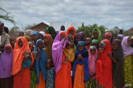 Refugees gather to watch the arrival of United Nations High Commissioner for Refugees Antonio Guterres at IFO-2 complex of the sprawling Dadaab refugee camp, May 8, 2015.