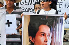 Members of  the Free Burma Coalition display posters of detained democracy icon Aung San Suu Kyi (R) during a protest in front of Brumese embassy in Manila, 19 Mar 2010, to denounce Burma's recently announced election law