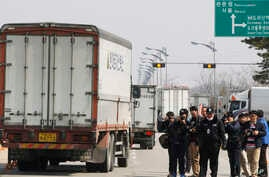 South Korean vehicles turn back after they were refused for entry to North Korea's city of Kaesong, at the customs, immigration and quarantine office in Paju, South Korea, near the border village of Panmunjom, April 3, 2013.