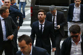 Barcelona's Argentine soccer player Lionel Messi (C) arrives to court with his father Jorge Horacio Messi (3rd R) to stand trial for tax fraud in Barcelona, Spain, June 2, 2016.