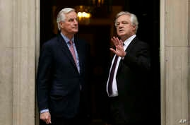 The European Commission's Chief Negotiator for the UK exiting the European Union, Michel Barnier (L), and Britain's Secretary of State for Exiting the European Union, David Davis, pause ahead of a meeting to 10 Downing Street, London, Feb. 5, 2018.