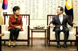 South Korean President Park Geun-hye talks with parliament speaker Chung Sye-kyun during their meeting at the National Assembly in Seoul, South Korea, Nov. 8, 2016.