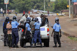 Guinean police detain supporters of UFDG presidential candidate Cellou Dalein Diallo suspected of throwing stones and looting in Conakry, November 15, 2010.