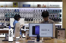 A visitor experiences Samsung Electronics Galaxy S8 smartphones at its shop in Seoul, South Korea, July 26, 2017. Samsung Electronics on Thursday, July 27, said its second-quarter profit surged 85 percent to record high thanks to memory chips.