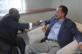 Eritrea President Isaias Afewerki (r) being Interviewed by VOA`s Peter Clottey (r) in New York.