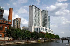 """FILE - Marriott Hotel in Baltimore's Harbor East district, June 29, 2017. In sales brochures, a U.S. company boasted of the """"stunning visual effect"""" its shimmering aluminum panels created in a 33-story hotel on Baltimore's waterfront.  Those same pan"""