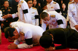 Thailand's Prime Minister Prayuth Chan-ocha (L) and his wife Naraporn (R) pay respect after offering condolences for Thailand's late King Bhumibol Adulyadej at the Grand Palace in Bangkok, Thailand, Oct. 14, 2016.