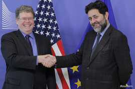 EU chief negotiator Ignacio Garcia Bercero, right, shakes hands with U.S. Assistant Trade Representative for Europe and the Middle East, Daniel Mullaney, Brussels, Nov. 11, 2013.