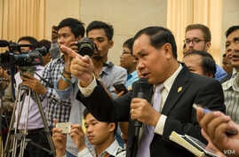 Um Sam An, law marker from Cambodian National Rescue Party, challenges Cambodian official about border issue  in a press conference about official map used for border post at the Council of Ministers on July 2nd, 2015. (Neou Vannarin/VOA Khmer)