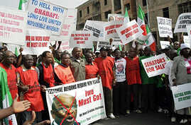 Nigerian Labor Congress (NLC) officials lead a rally calling for the removal of Independent National Electoral Commission (INEC) chairman Maurice Iwu (File photo – 21 March 2010)